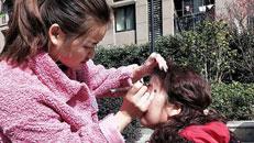 亚美学员在柏丽湾小区给姐姐化妆